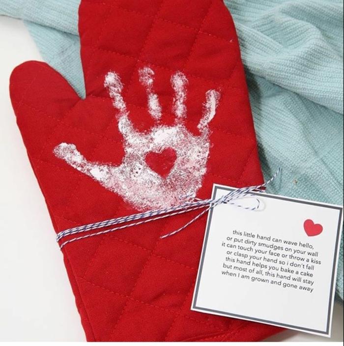 süße ideen für muttertagsgeschenk selbstgemacht personalisierter backhandschuh mit handabdruck diy ideen inspiration