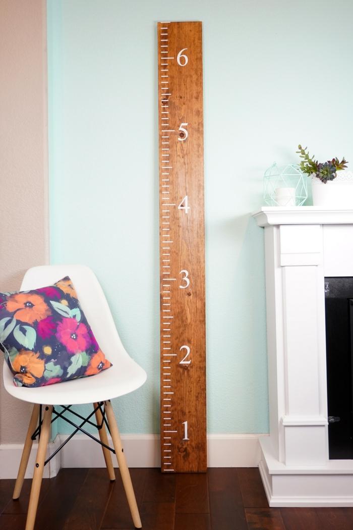 scandi style stuhl weiß minimalistische dekoration wohnung messlatte kinder holz selber machen buntes kisse mit blumen