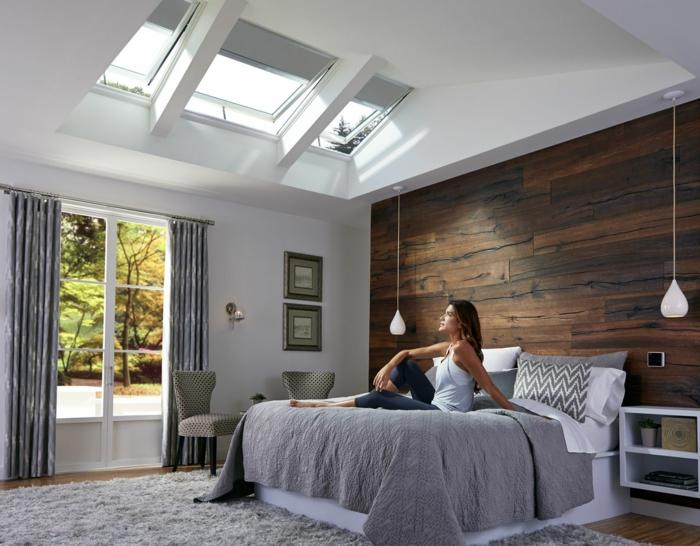 schlafzimmer einrichtung modern velux fenstergrößen wand mit holzmuster großes bett minimalistische innenausstattung inspiration