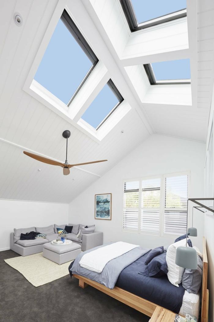 schlafzimmer mit bett und ecksofa innenausstattung inspiration velux fenstergrößen dachfenster austauschen infos grauer teppich