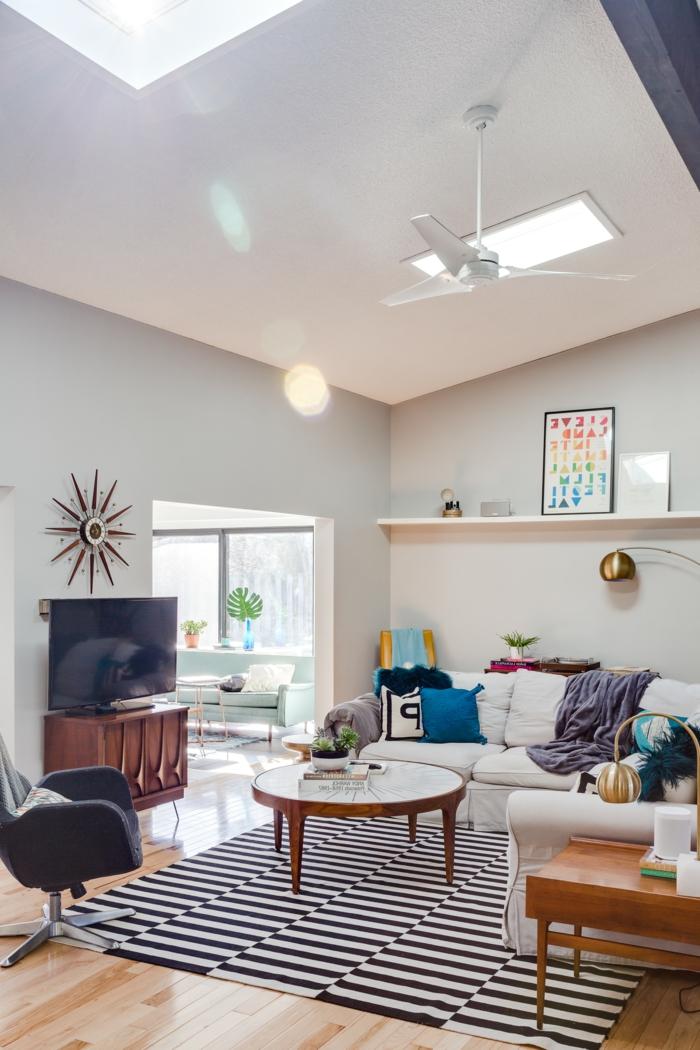 schwarz weißer teppich stylish eingerichtetes wohnzimmer mit holzakzenten velux austauschfenster runder kaffeetisch weißes ecksofa