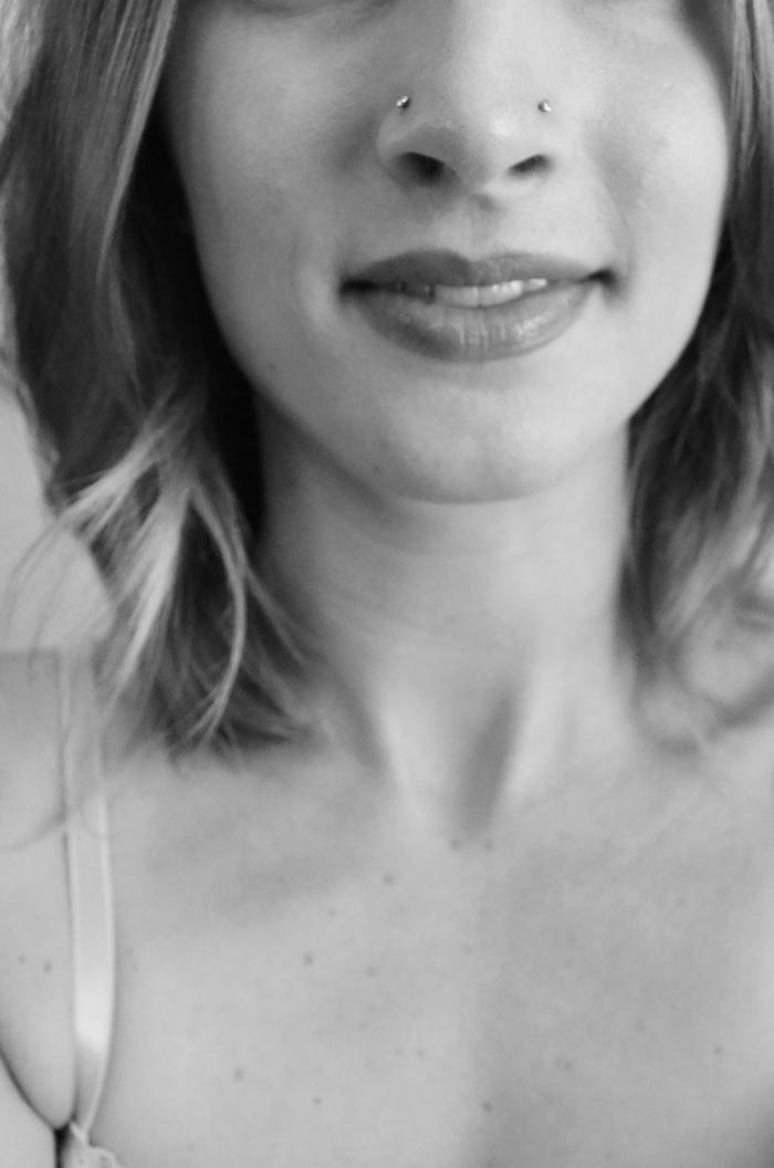 schwarz weißes foto frau mit kurzen haare nasenpiercing stecker zwei piercings auf der nase ideen inspo