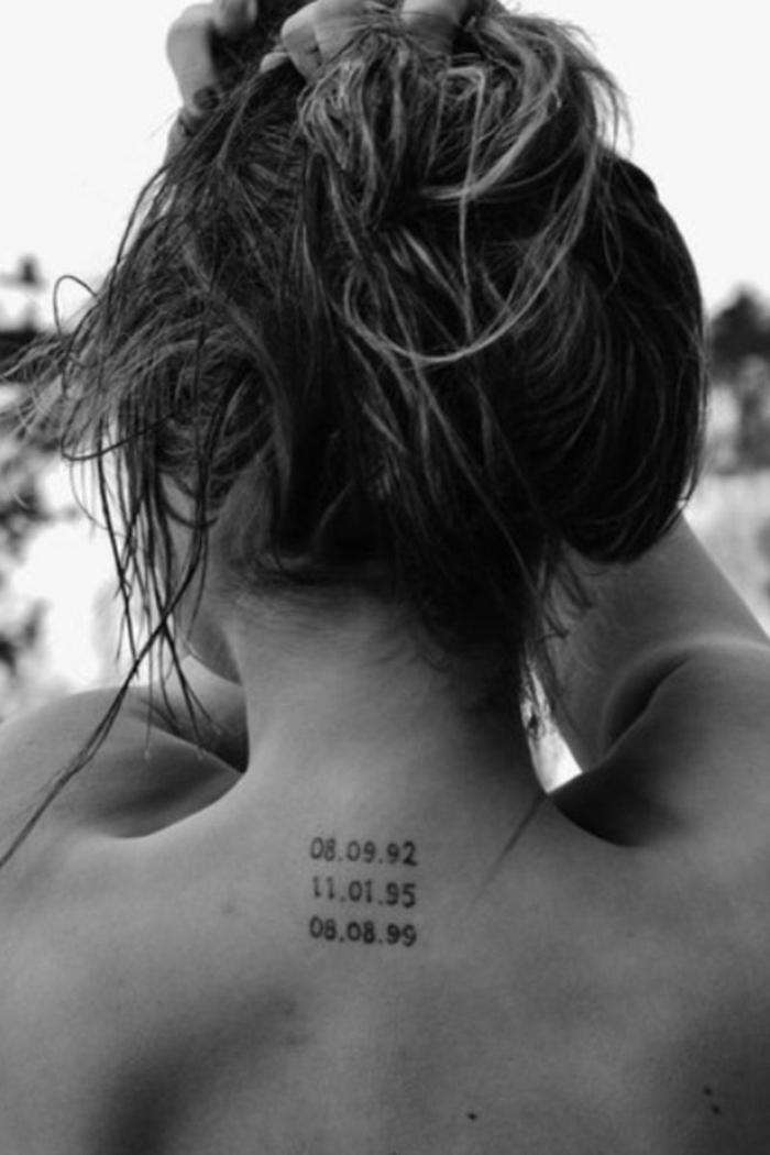 schwarz weißes foto geburtsdatum tattoo am nacken drei geburtstagsdaten frau mit langen haaren