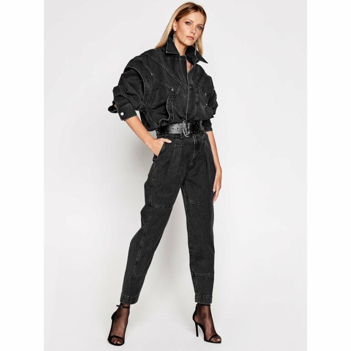 schwarze boyfriend jeans oversized schnitt monochromes schwarzes outfit blondes model modetrends 2021 inspiration