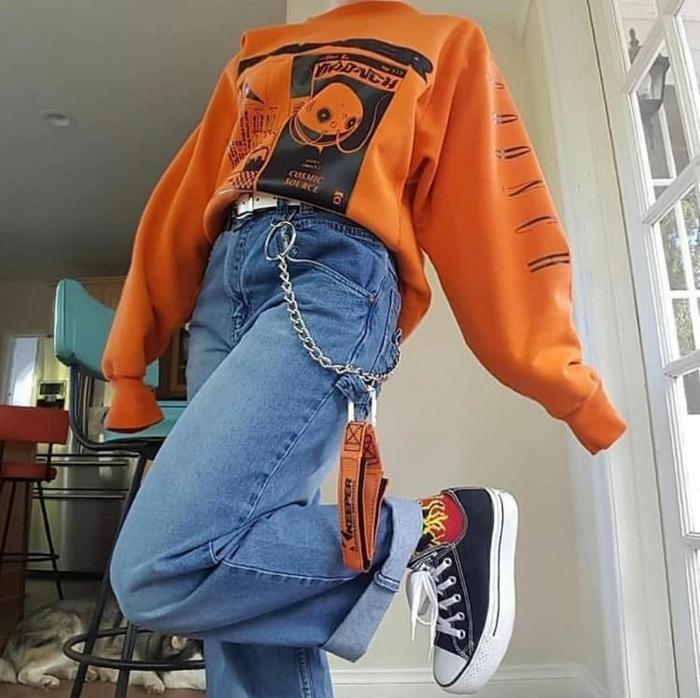 schwarze converse sneakers weite jeans mit kette oranges oversized sweatshirt retro grunge aesthetic