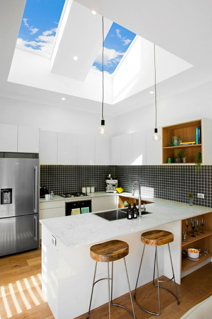 schwarze fliesen kleine moderne küche barstühle aus holz und metall dachfenster austauschen kosten großer kühlschrank weiße schränke