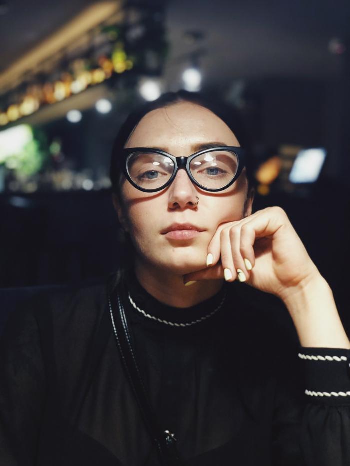 schwarze hipster brillen schwarzes outfit nasenpiercing entzündet was tun wichtige informationen