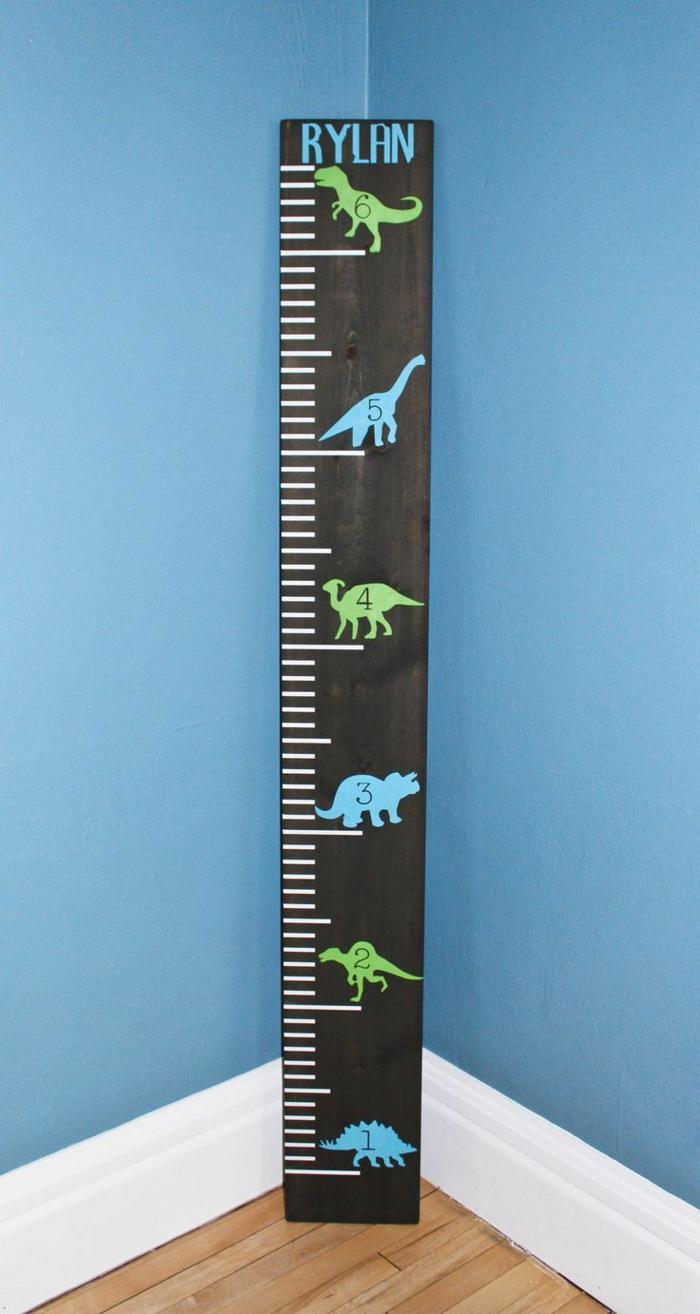 schwarze messlatte personalisiert mit namen abgebildete dinosaurier in blau und grün kinderzimmer junge einrichtung