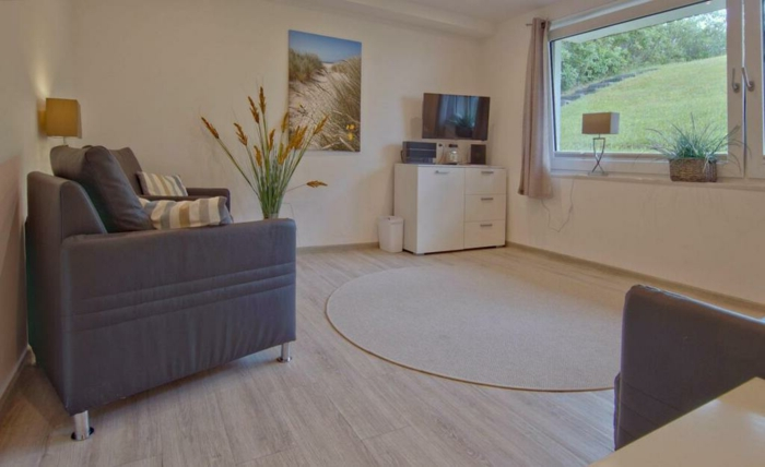 souterrain fenster was bedeutet hochparterre wohnzimmer graues sofa wanddeko pvc boden hellbraun