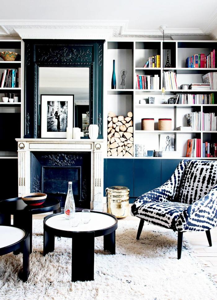 souterrain wohnung weniger wert wohnzimmer kellerwohnung spiegel eingebaute bücherregalen weiß möbel blau sessel teetisch