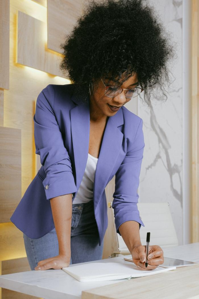 steh sitz schreibtisch elektrischer höhenverstellbarer schreibtisch mobiler schreibtisch frau lila blazer schreibtischgestell