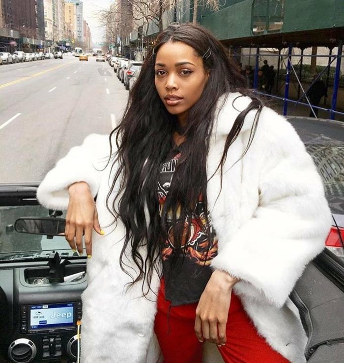 street style fashion instagram baddie lange schwarze haare rote hose weißer flauschiger mantel schwarzes t shirt
