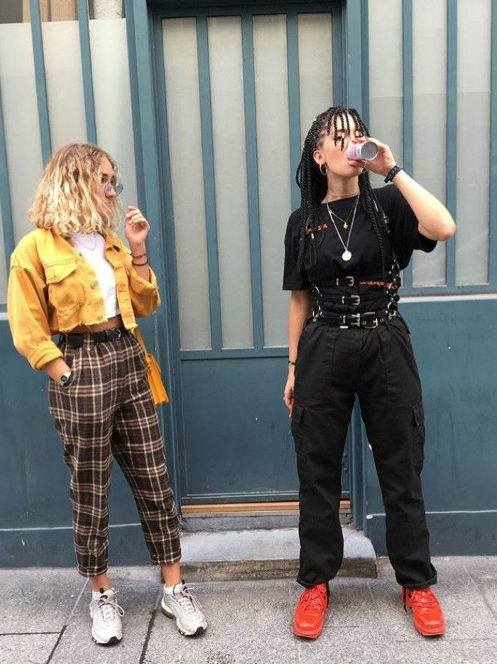 street style inspo retro grunge aesthetic schwarzes outfit rote sneakers karierte hose gelbe lederjacke weiße sneakers inspo street style