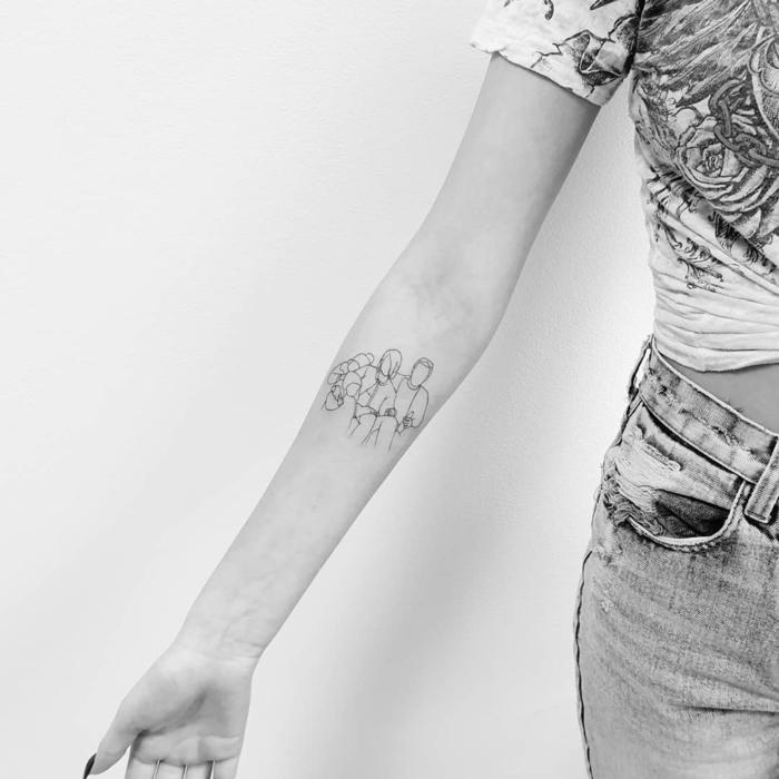 super kreative ideen für kind mama papa tattoo am arm schwarz weißes foto familienporträt tätowierung inspiration