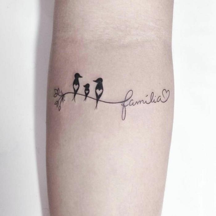 tätowierung vögel auf einem ast mit dem wort familia minimalistische ideen symbol für familie tattoo