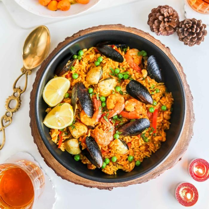 tisch deko tannezapfen goldener löffel paella mit meeresfrüchten miesmüscheln garnellen klassisch spanisch