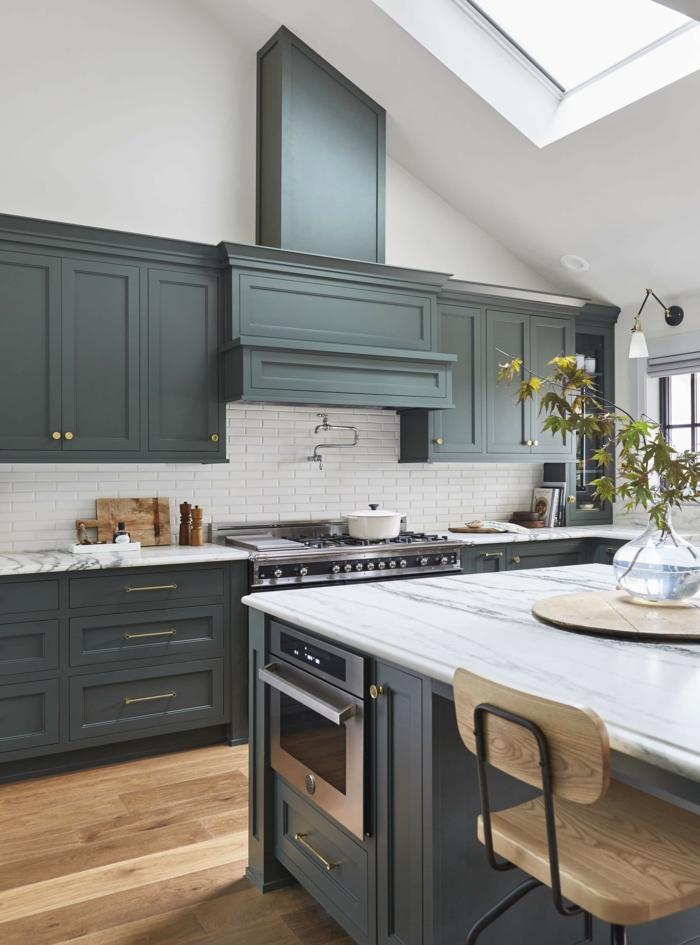 traditionelle küche ausstattung grau grüne schränke dachfenster austauschen holzstuhl mit metall akzente