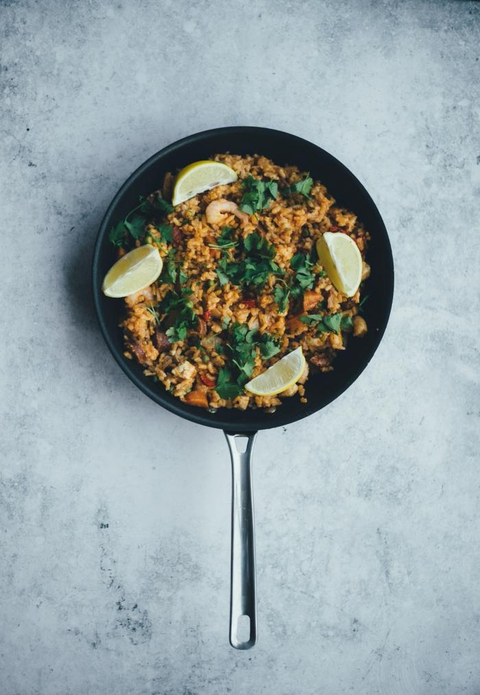 traditionelle spanische reisgerichte paella rezept original mit meeresfrüchten und gemüse zitronen