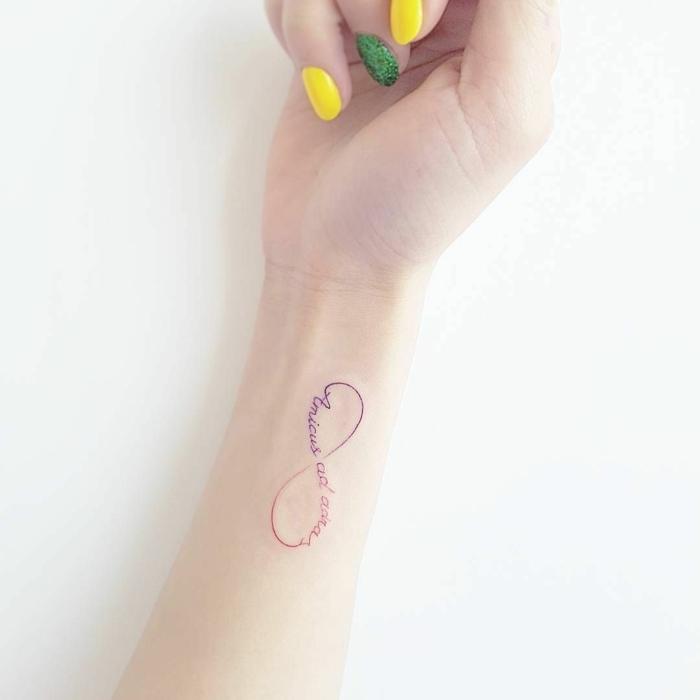 unendlichkeitszecihen tattoo symbol für familie originelle ideen gelbe und grüne maniküre