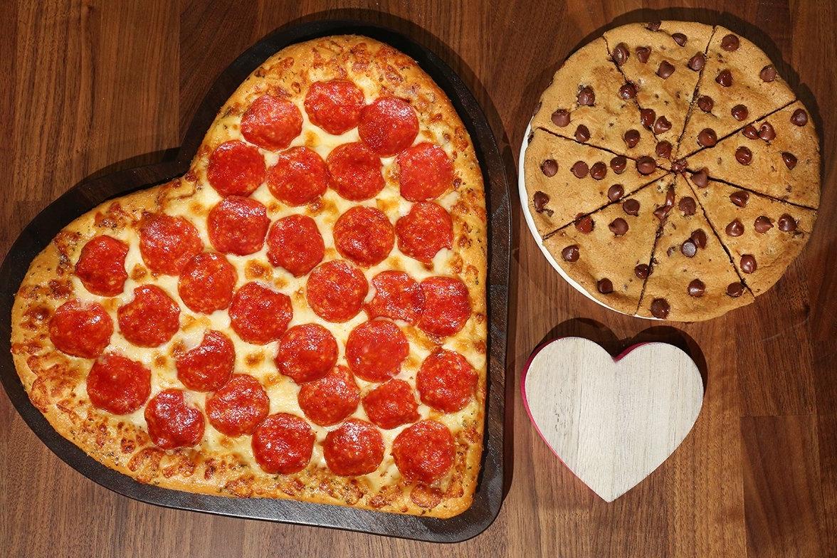 valentinstag menü für 2021 3 gänge menü romantisches essen rezepte für romantisches abend pizza in herzform tomaten pepperoni basilikum