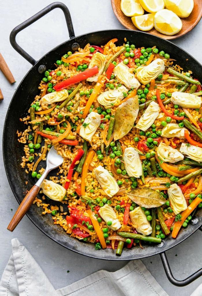 vegane paella rezept klassische spanische speisen paella rezept vegetarisch mit gemüse braune gabel schale mit zitronen