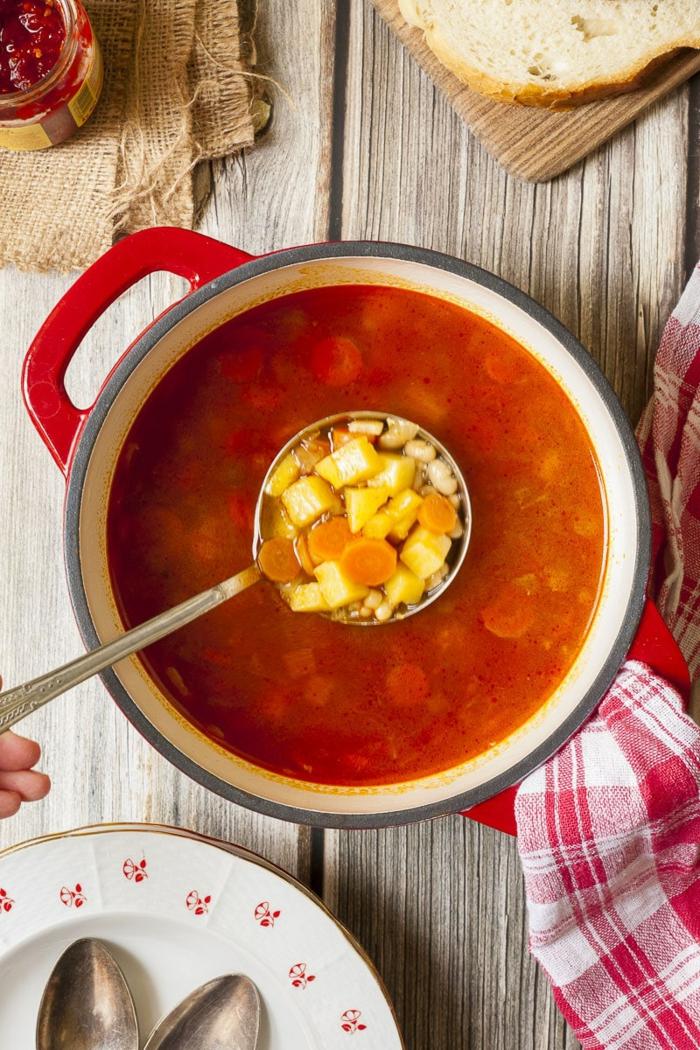 veganer dutch oven gulash rezept gesunde ernährung rot weißes tuch abendessen ideen kochen 2021