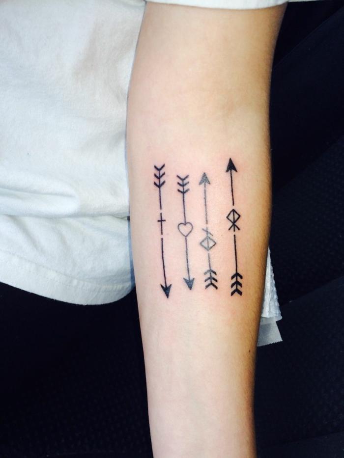 vier pfeile mit herz kleine symbole familien tattoo kreative ideen und inspiration weißes t shirt