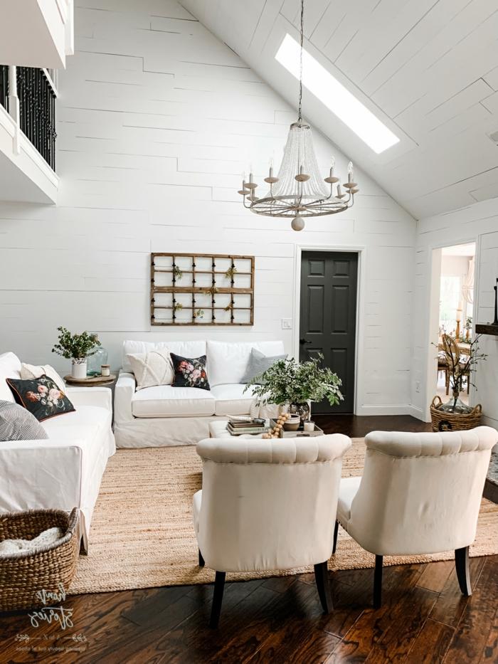 vintage chic wohnzimmer einrichtung weiße sofas und sessel velux dachfenster größen schwarze kissen mit blumen