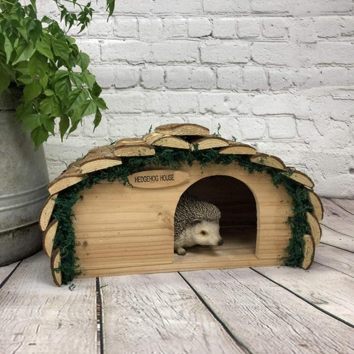wann gehen igel in den winterschlaf igelhaus bauen holz igelfutterhaus im garten