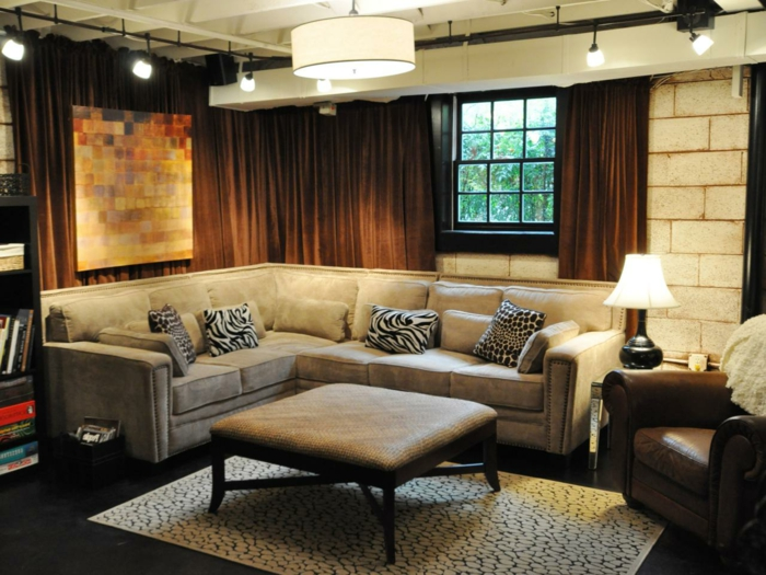 was bedeutet hochparterre kellerraum gestalten wohnzimmer im keller großes sofa lampen vorhänge