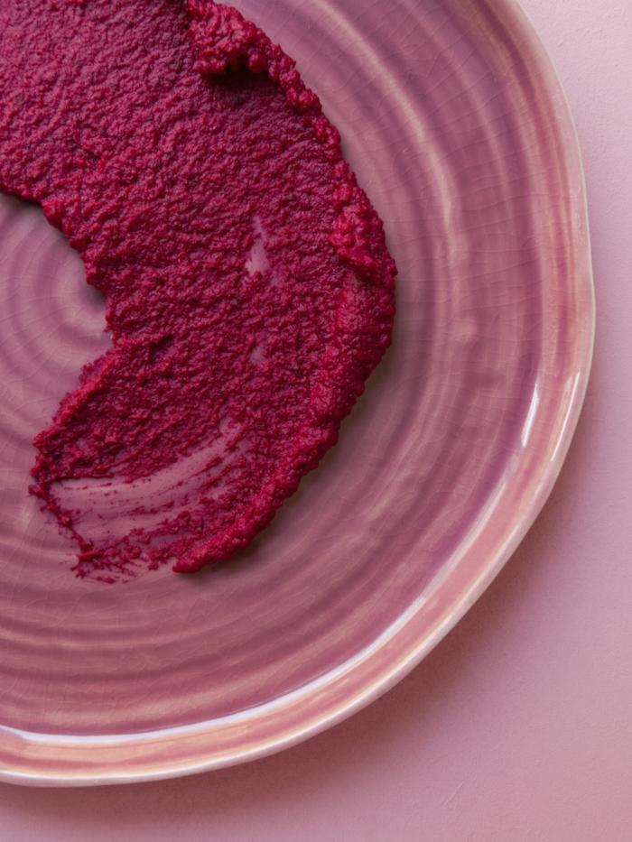 weiße schüssel mit einem pinken hummus mit rote beete hummus selber machen rezept