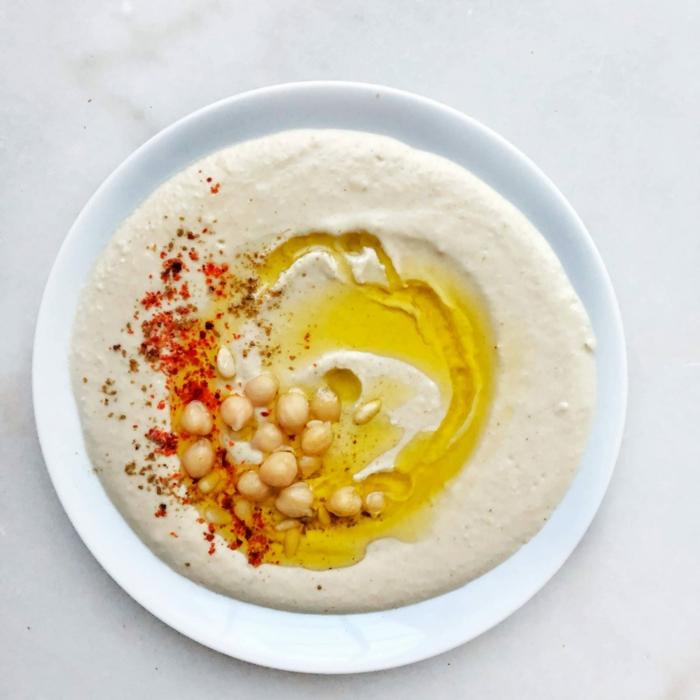 weißer teller ein salat rezept hummus mit olivenöl und tahin hummus mit kichererbsen