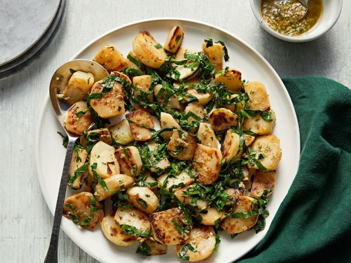 weißer teller mit löffel gerichte mit kohlrabi rezepte kohlrabi pommes eine grüne decke