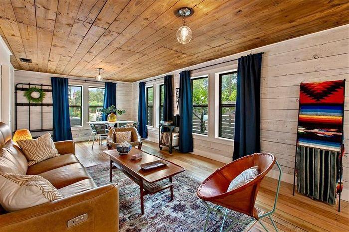 wohnzimmer decke gestalten zimmerdecke mit holzdielen holz optik natürliche materialien