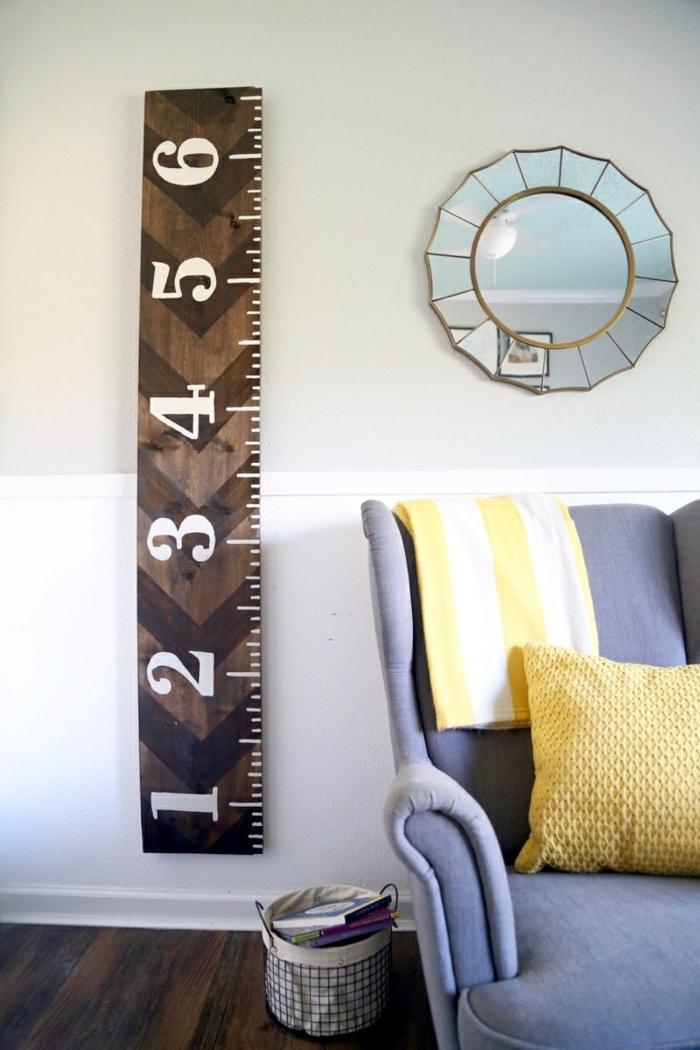 wohnzimmer einrichten modern blauer sessel gelbes kissen runder spiegel messlatte kinder basteln aus holz