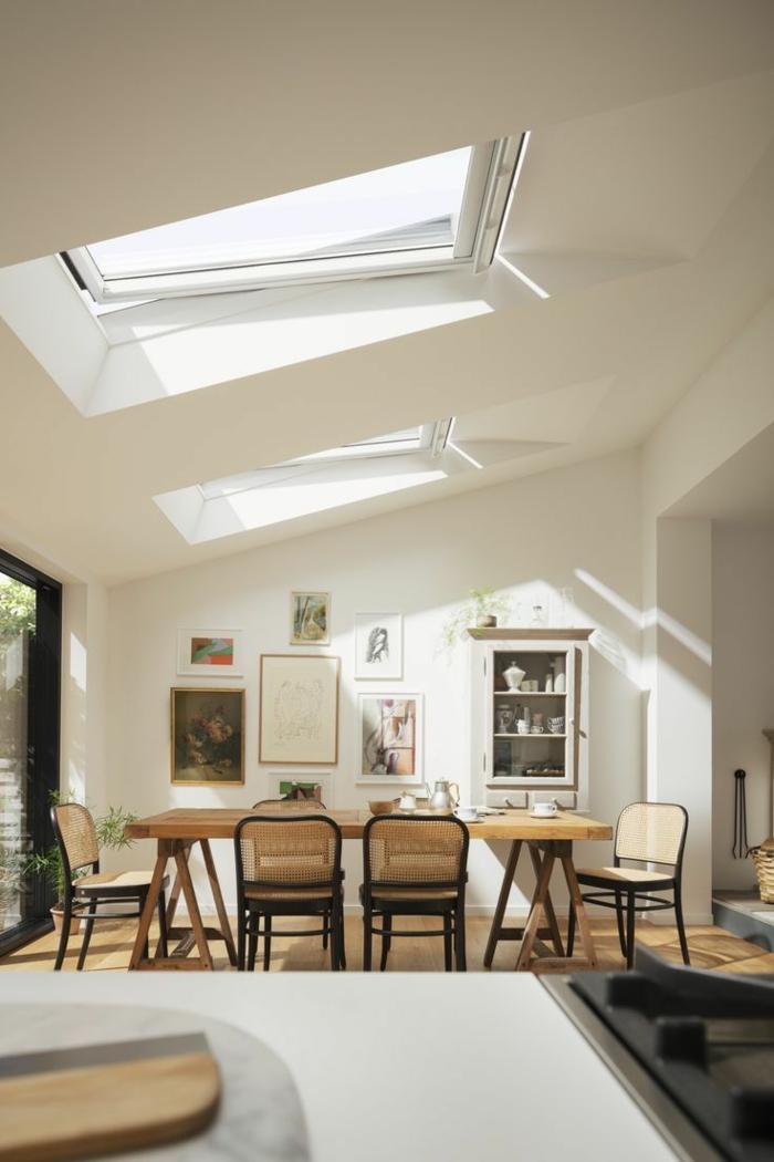 wohnzimmer mit essbereich modern eingerichtete wohnung velux dachfenster größen großer esstisch aus holz
