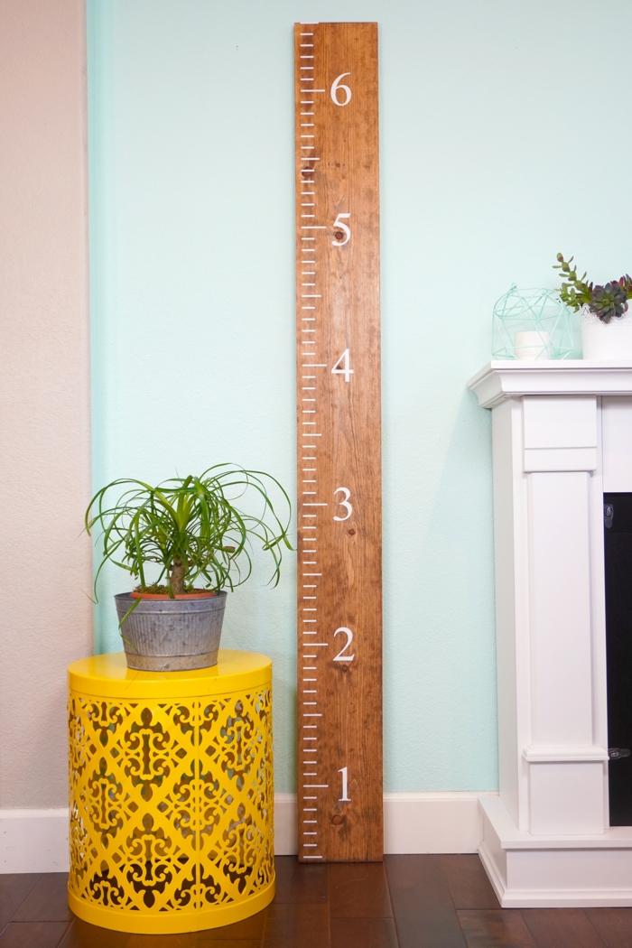 wohnzimmer mit kamin gelber tisch kleine grüne pflanze messlatte kinder holz kreative diy ideen