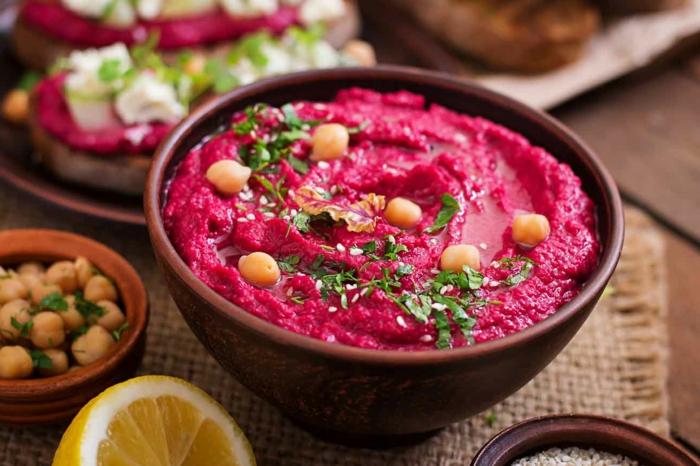 zitrone eine brane schüssel mit einem pinken dip rote beete hummus selber machen rezept