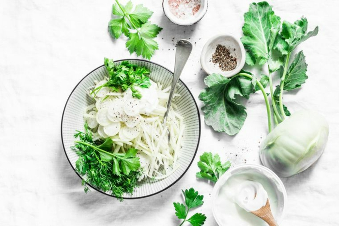 zutaten für ein salat mit spinat und kohlrabi en löffel pfeffer und salz grüne frische kohlrabi blätter