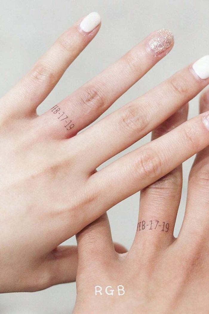 zwei hände gemeinsames tattoo ideen familie persönliche tätowierung mit besonderen daten inspiration