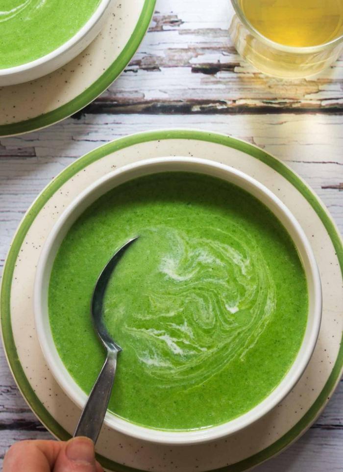 bärlauchsuppe rezept eine weiße schüssel mit grüer suppe und einem löffel
