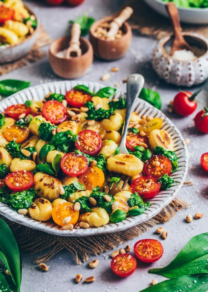 bärlauch gesund gnocchi mit bärlauch und kleinen frischen tomaten salz und pfeffer