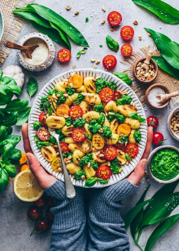 bärlauch rezepte zwei hände eine schüssel mit salat mit tomaten bärlauch pesto selber machen