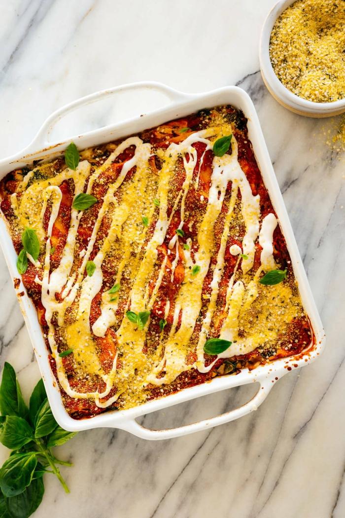 basilikum blätter lasagne mit tomaten soße faschiertes und käse vegane lasagne