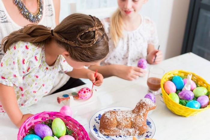 basteln mit kindern frühlingsbasteln mit kindern osterdeko basteln kinder eier bemalen zwei mädchen