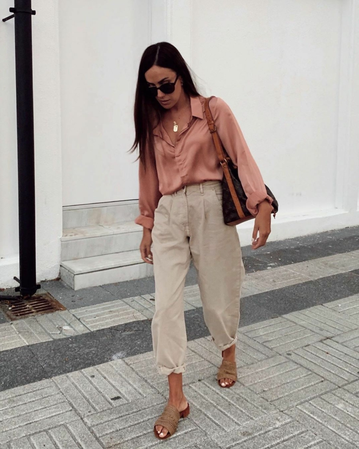beige slouchy jeans mit hohem bund rosa bluse elegantes outfit street style dame mit braunen haaren lang