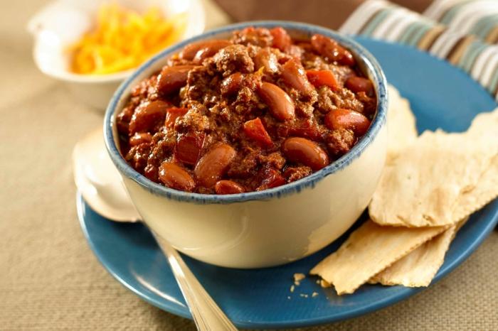 blauer teller brot ein gericht mit bohnen mais und kreuzkümmel gericht mit mais chili paprika fleisch kreuzkümmel und zwiebeln