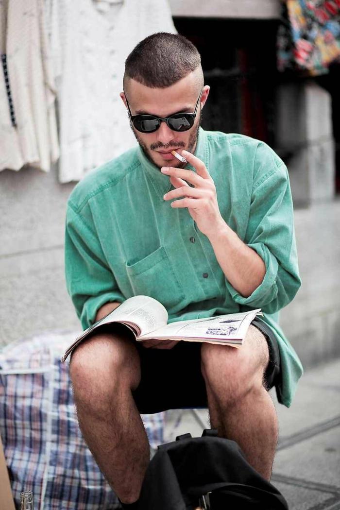 buzzcut mit übergang trendfrisuren 2021 männer street style men lässiges outfit grünes sweatshirt frisuren für männer sehr kurz