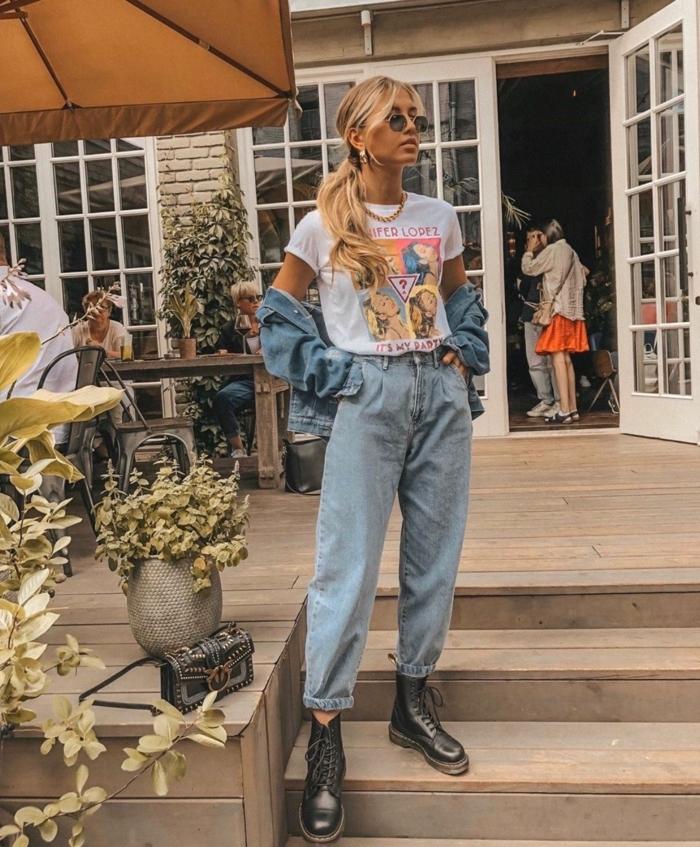 casual style inspiration weißes t shirt mit print schwarze doc martens boots weite jeans damen frau mit langen blonden haaren