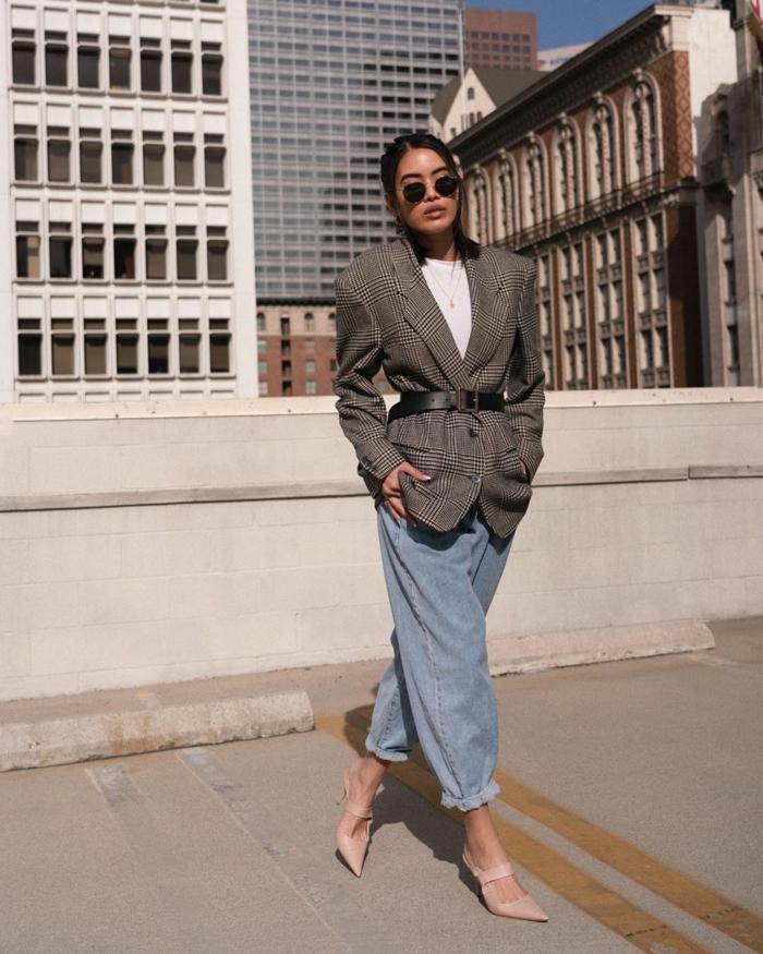 chices outfit weite boyfriend jeans eleganter street style blazer mit gürtel nude high heels herbst winter outfit slouchy jeans